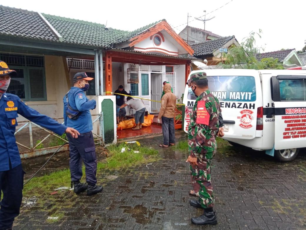 Kodim 0410/KBL bersama dengan personel dari BPBD Kota Bandar Lampung serta aparat kepolisian memonitor adanya penemuan sesosok mayat berjenis kelamin laki-laki diwilayah binaannya yang beralamatkan di perumahan Puri Gading