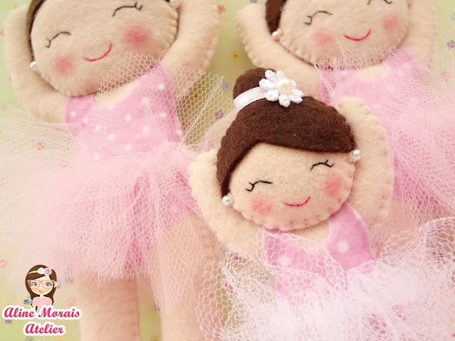 bailarina de feltro olhos bordados braços levantados lembrancinha de maternidade decoração