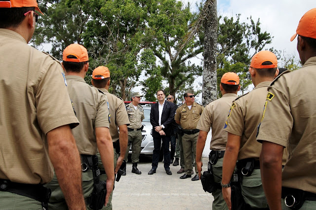 Resultado de imagem para imagens do governador paulo camara e os novos policiais