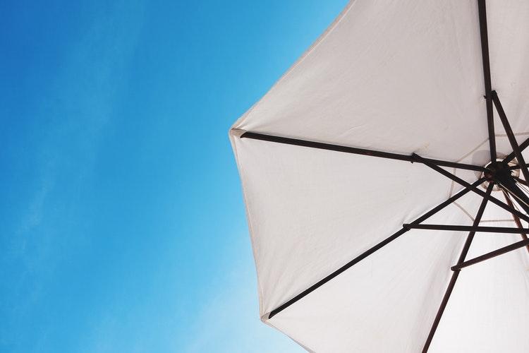 ciel bleu parasol blanc