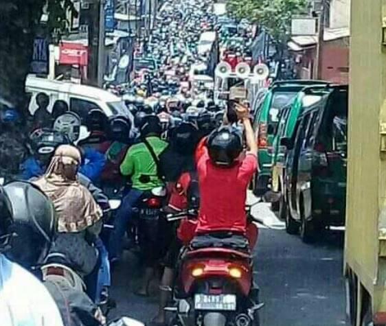 Demo UU Cipta Kerja, Buruh Unjuk Rasa Di Depan Gedung DPRD Bandung Barat