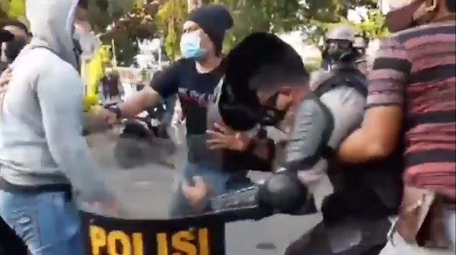 Diduga Polisi Nyamar Pakai Baju Mahasiswa