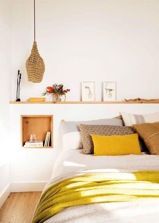 Dormitorio con murete a media altura y estante de madera