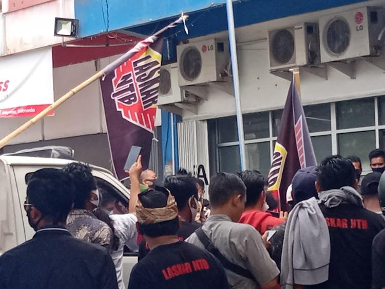 Ratusan Massa Laskar NTB Geruduk Kantor FIF Cabang Praya.