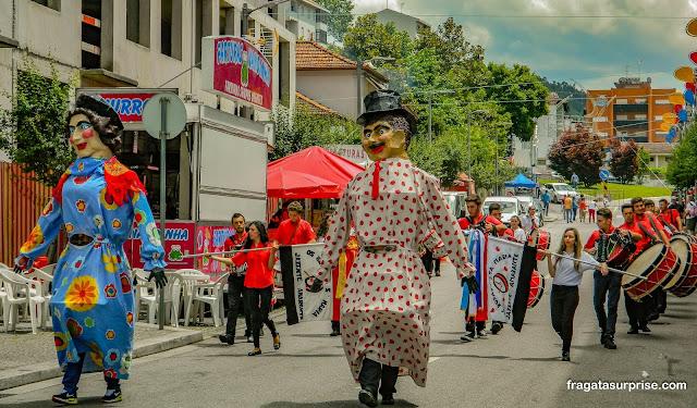 Desfile de bonecos gigantes na Festa de São Gonçalo, Amarante, Portugal