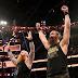 Harper retorna e ajuda Erick Rowan a derrotar Roman Reigns