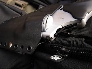 ... na akúkoľvek vystroj za pomoci paracord šnúry a tým mať zbraň po ruke  tak ako to každému vyhovuje. Puzdro je otvorene t.j. hlaveň revolvera nie  je ... 7e851244707