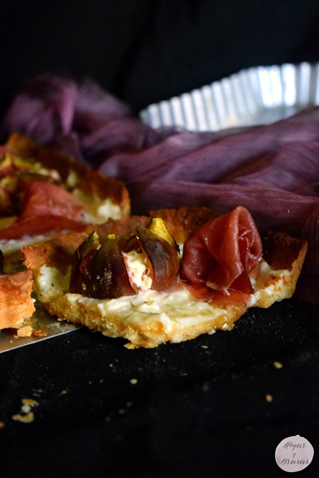 Tarta con masa Sablé con piñones cubierta de quesos e higos frescos bañada con miel.