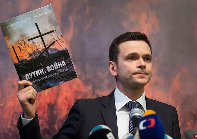 O opositor Ilia Iachine apresenta à imprensa o relatório que custou a vida a seu colega Boris Nemtsov.