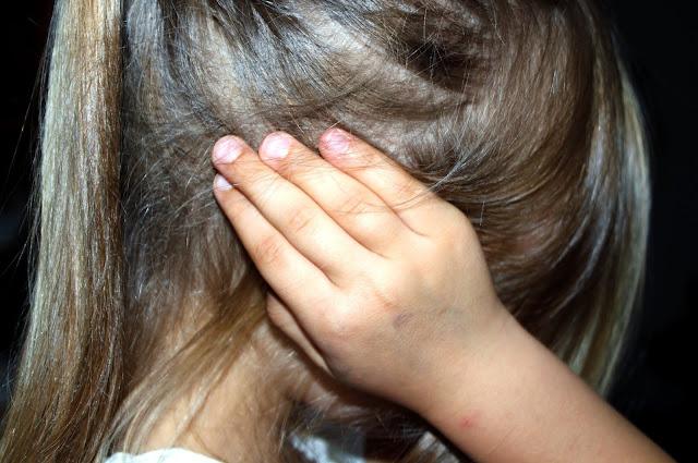 أسباب تساقط الشعر والطرق الطبيعية للحد منه