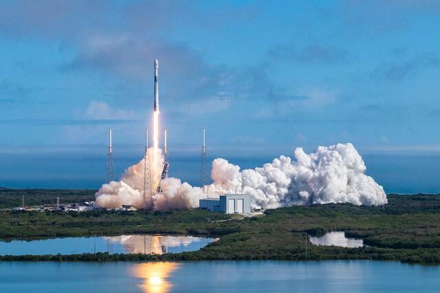 سبيس إكس تطلق بنجاح 60 قمراً صناعياً من كوكبة مشروع ستارلينك