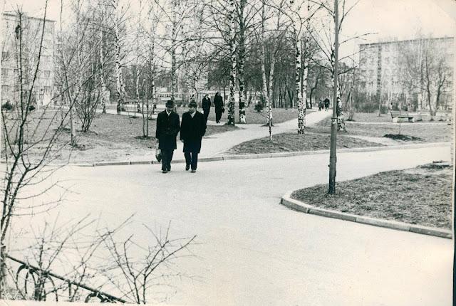 1975 год. Югла. Аллея Видземес. Слева виден край дома Бривибас (Ленина), 411. Справа Балтезера, 7. Прямо за деревьями кольцо 6 трамвая