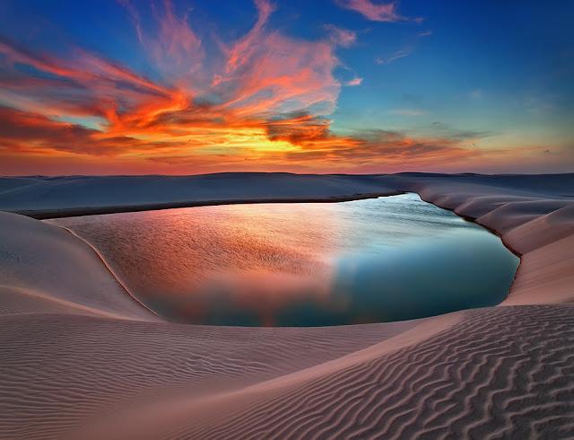 Vườn quốc gia Lençóis Maranhenses nằm ở bang Maranhão, phía bờ biển Đông Bắc của Brazil đang khiến biết bao người phải ngỡ ngàng trước khung cảnh kỳ diệu mà tạo hóa ban tặng. Nơi đây có địa hình thấp, bằng phẳng nên mỗi khi mưa lớn, lượng nước lại đổ dồn vào vùng trũng thấp tạo nên vô số hồ nước nhỏ nằm len lỏi giữa sa mạc rộng lớn.