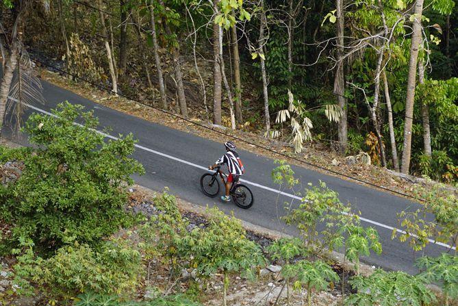 Salah satu pesepeda sedang melintasi tanjakan menuju Angkringan Puncak Bibis