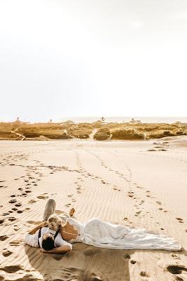Novios tumbados en una playa