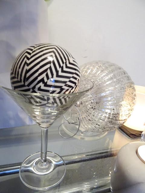 Iso läpinäkyvä hopeakoristeltu joulupallo
