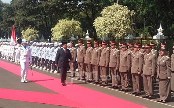 Prabowo Subianto Periksa Pasukan di Kemenhan, Tiba-Tiba Berhenti Sebentar