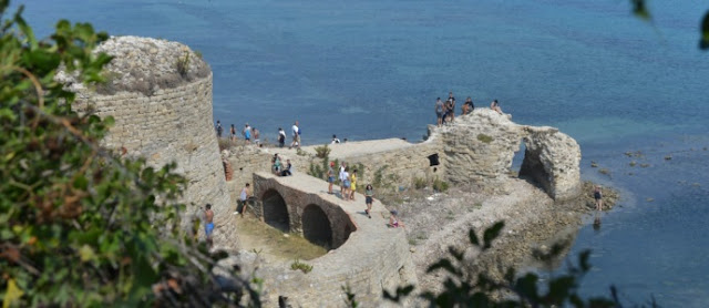 Young people at Scanderbag Castle at Rodon Cape