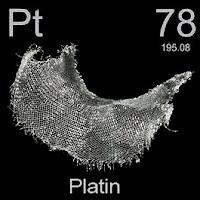 Platin elementi üzerinde platinin simgesi, atom numarası ve atom ağırlığı.