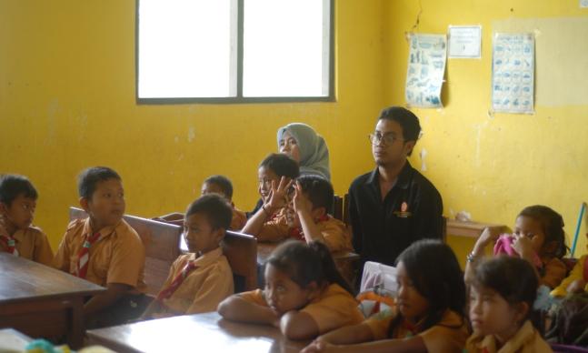 """Indikatormalang.com- Kegiatan Belajar Mengajar (KBM) di dalam kelas ataupun diluar kelas tidak boleh menjenuhkan, salah satunya seperti yang dilakukan oleh Mahasiswa Universitas Muhammadiayah Malang (UMM) di SDN 02 Pandanrejo, Kecamatan Paga, Kabupaten Malang, (05/08/2017).  Mahasiswa UMM yang tergabung dalam Kuliah Kerja Nyata (KKN) kelompok 103 tersebut menggandeng Kine Club UMM dalam merealisasikan program mengajar dengan metode audio visul yaitu dengan pumutaran film """"Mak Cepluk"""" yang disutradai oleh Wahyu Agung Prasetyo. Film ini bergenre anak-anak.  """"Transfer ilmu tidak harus melalui pembelajaran formal dengan memberikan soal ataupun tugas kepada siswa seperti biasanya"""" ujar Anggi salah satu anggota Humas KKN kelompok 103 UMM, (05/07/2017).  """"Pembelajaran melalui audio visul salah satunya dengan pemutaran film sangat membantu dalam proses belajar mengajar, namun film tersebut harus disesuaikan dengan kebutuhan siswa itu sendiri"""" tambahnya.  """"Menarik, mereka bisa belajar beberapa ilmu sekaligus kegiatan ini sebagai hiburan bagi mereka"""" ungkap Siti Amalah Guru kelas 4 SDN 02 Pandanrejo.  """"Semoga kegiatan ini tidak hanya dilakukan sekali saja"""" tambah bu Siti (panggilan akrab beliau).  Reporter: Anggi Mestu Editor: Mas'ud"""