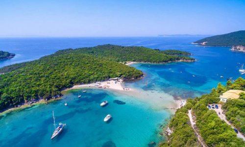 Τυχεροί στάθηκαν επιβάτες και πλήρωμα όταν το επαγγελματικό σκάφος μεταφοράς επιβατών «Άγιος Νικόλαος» έβαλε νερά.
