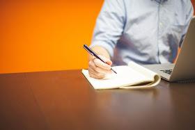 homem no computador escrevendo