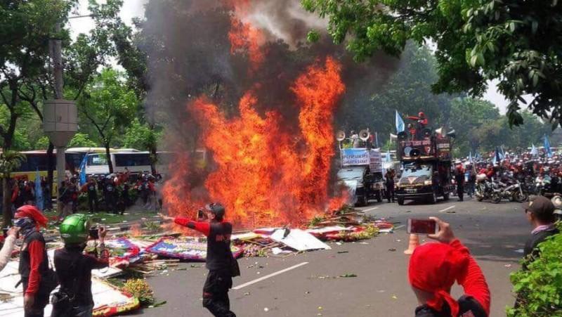 Aksi buruh FSP LEM SPSI membakar karangan bunga Ahok
