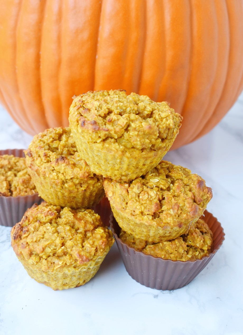 Pumpkin Baked Oatmeal Cups are loaded with real pumpkin and pumpkin spice flavors, are perfect for meal prep and are packed with nutrients for a healthy breakfast! #pumpkin #pumpkinspice #oats #oatmeal #bakedoatmeal #mealprep #healthy #cleaneating