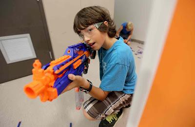 trẻ chơi súng Nerf 2