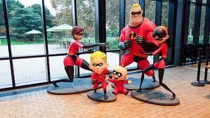 Los personajes de la película Los Increíbles en sus poses más características, dentro del Steve Jobs Building de Pixar.