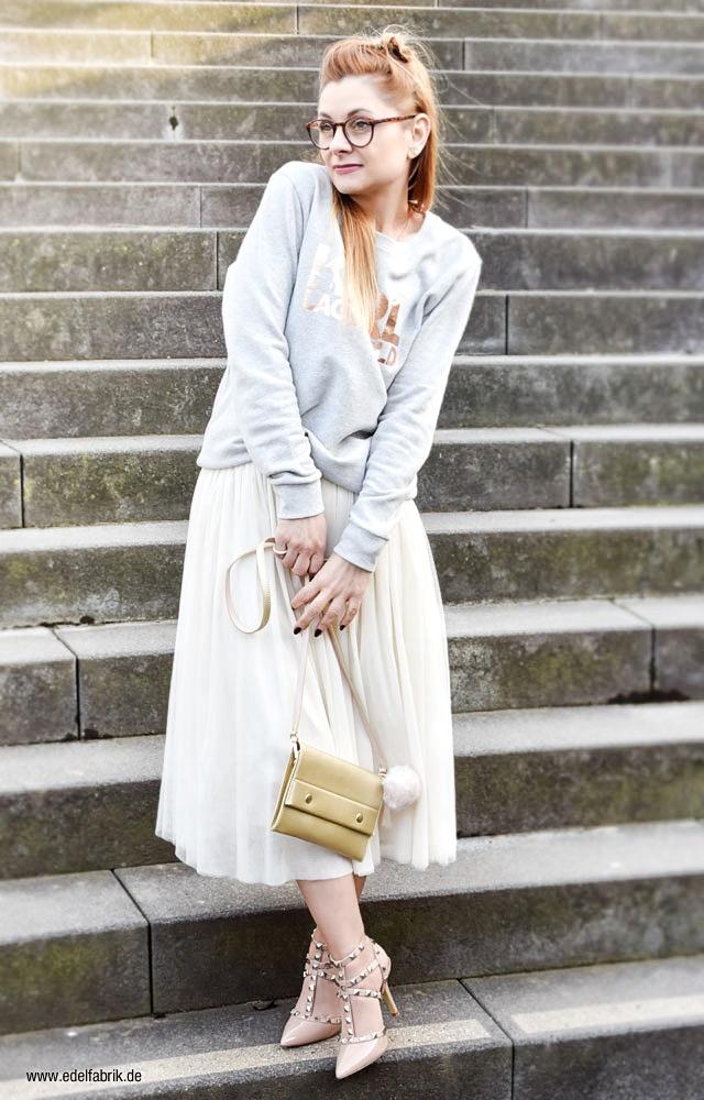 kleine, goldene Handtasche, graues sweatshirt, studded Heels, rosa