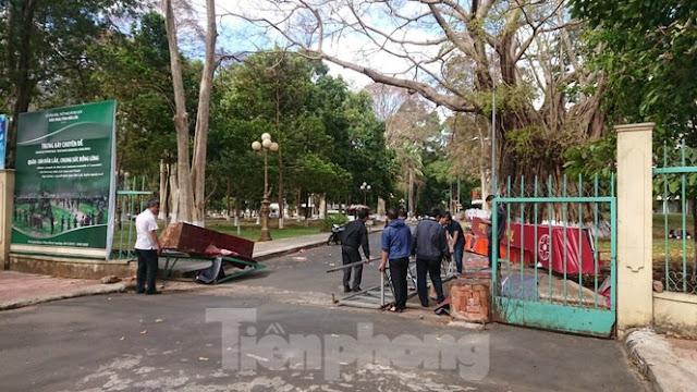 Gió quật đổ cổng chào Bảo tàng Đắk Lắk, lộ cột trụ không lõi sắt
