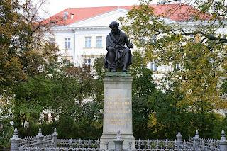 Samuel Hahnemann war Dozent an der Leipziger Universität und schrieb Bücher, nach seinem Tod wurde 1851 wurde das Denkmal errichtet