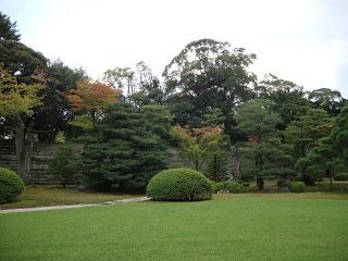 i bellissimi giardini che circondano il castello