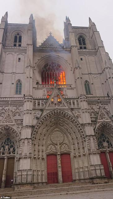 ngọn lửa bốc lên tại nhà thờ ở Nantes Pháp