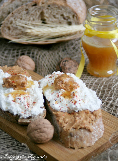 tosty z masłem orzechowym, przepis na śniadanie na słodko
