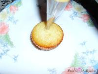 Rellenando las mini magdalenas de limón