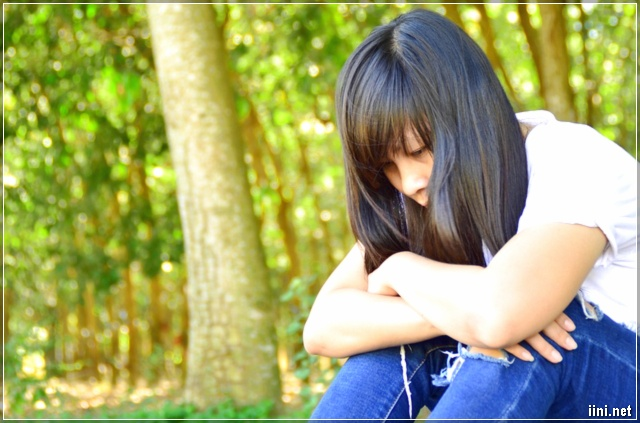ảnh cô gái ngồi khóc 1 mình