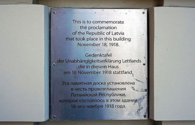 """""""Эта памятная доска установлена в честь провозглашения Латвийской Республики"""""""