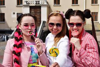 Три девушки в розовом с леденцами