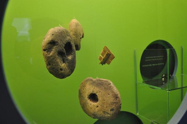 Przedmioty tkackie eksponowane w Muzeum Wikingów w Ribe