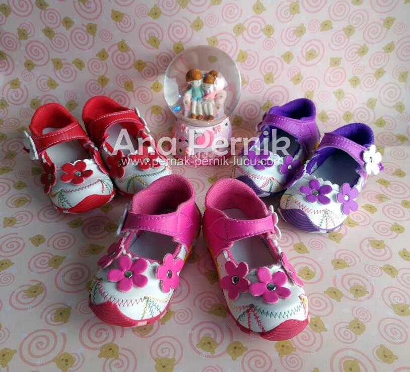 Sepatu Bayi Perempuan Flower Sporty; sepatu bayi perempuan; sepatu bayi cewek; sepatu bayi wanita; sepatu bayi lucu; sepatu bayi perempuan 1 tahun; sepatu bayi perempuan murah; sepatu bayi perempuan lucu; grosir sepatu bayi; grosir sepatu; pernak pernik bayi