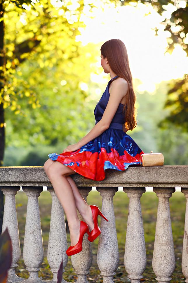 siedząca na murku dziewczyna w sukience