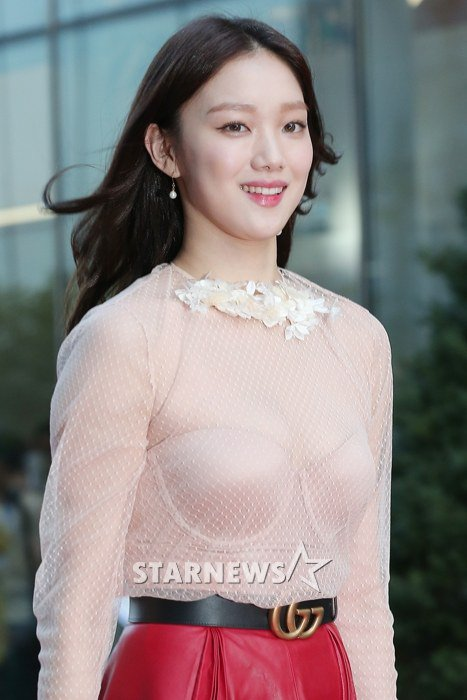 Photo] Netizens despise Lee Sung Kyung see-through fashion