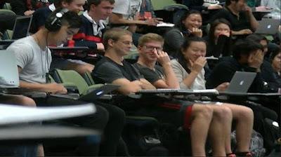 (KEREN) Mahasiswa ini Kepergok sedang Menonton Video Gituan Saat Perkuliahan Berlangsung!