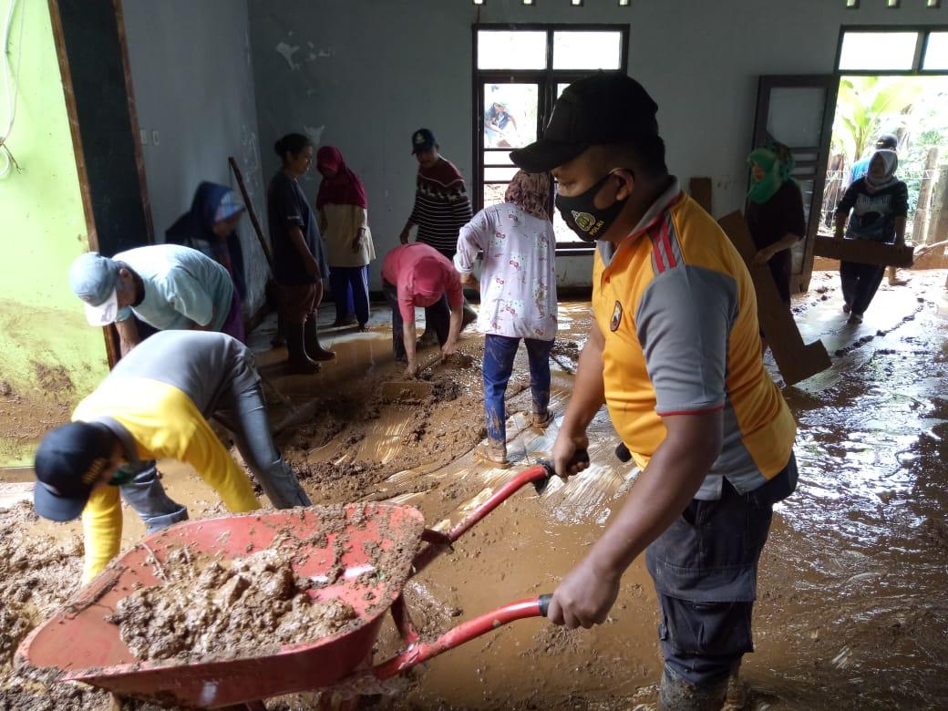 Polisi Ikut Kerja Bakti Bersihkan Masjid Terdampak Longsor di Desa Gunungwuled