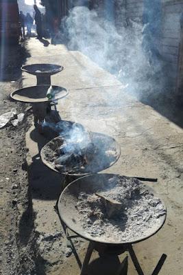 Ceneri delle offerte sui bracieri del mercato delle streghe di El Alto