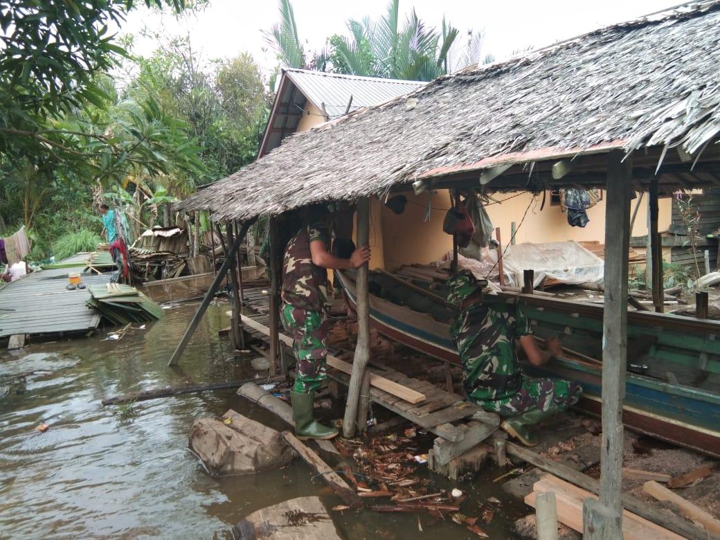 Perhatikan Perekonomian Nelayan Satgas TMMD 108 Bantu Perbaiki Perahu