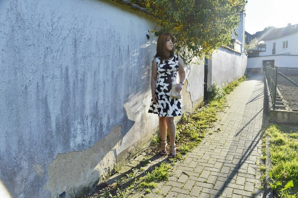 Outfit Scuba-Kleid mit Schmetterlingen und High Heel Sandalen Fashion Blogger Annie K. Annies Beauty House