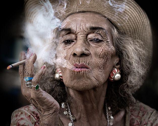 Damiana , un fumo alternativo. Old-woman-smoking-sandy-powers